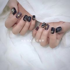 黑色方圆形韩式金属饰品美甲图片