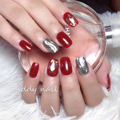 酒红色方形水波纹贝壳片美甲图片