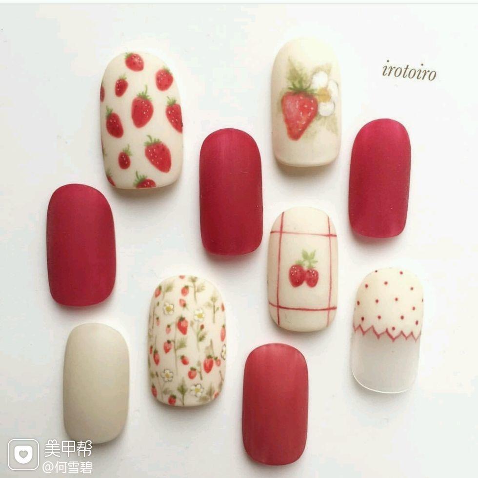 圆形红色白色手绘草莓磨砂可爱美甲图片