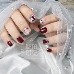 红色酒红色方圆形格纹钻珍珠短指甲美甲图片
