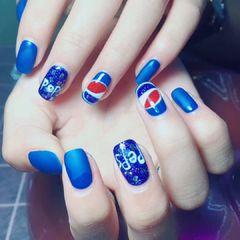 方圆形日式蓝色手绘可乐磨砂美甲图片