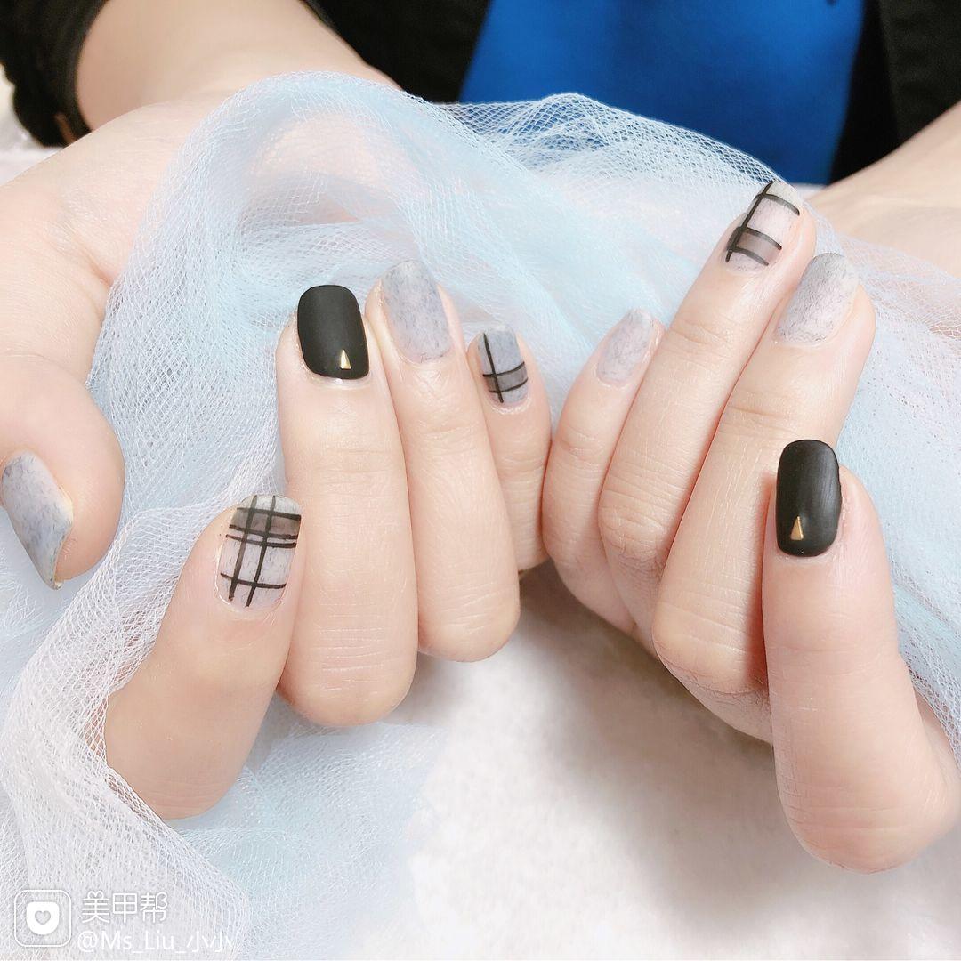黑色方圆形磨砂手绘格纹皮草胶美甲图片