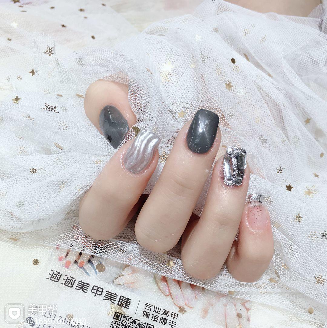 灰色方形水波纹钻美甲图片