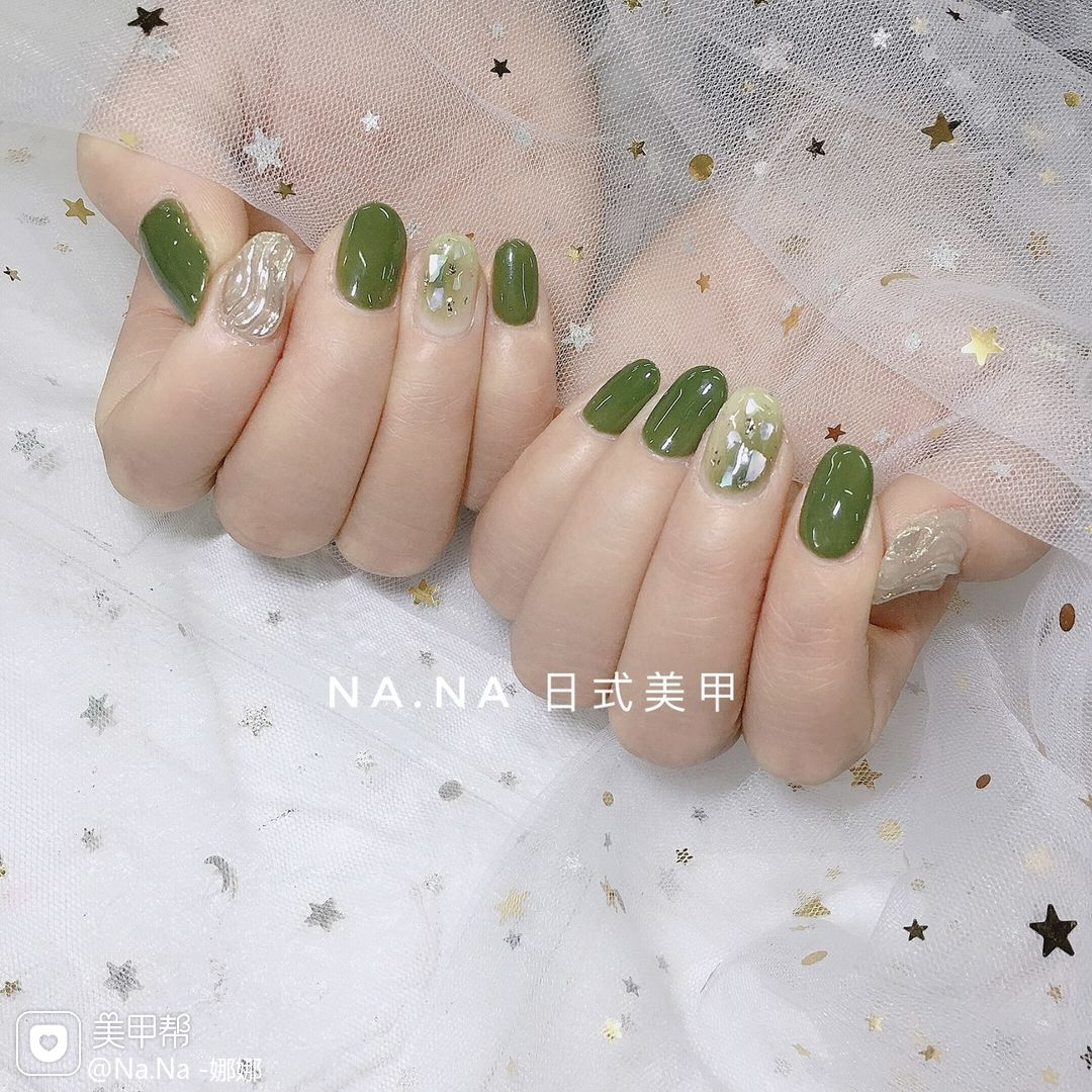 绿色圆形日式晕染贝壳片水波纹美甲图片