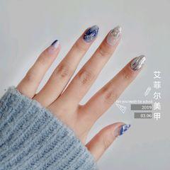 蓝色晕染金箔钻贝壳片水波纹圆形美甲图片