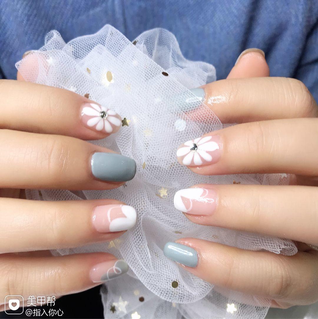 方圆形白色灰色手绘雏菊简约美甲图片