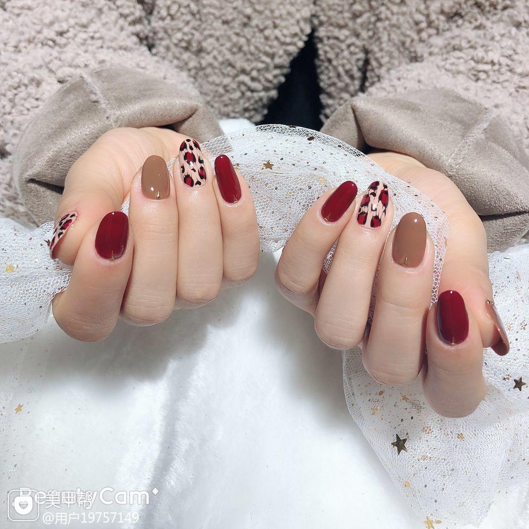 圆形红色棕色手绘豹纹跳色美甲图片