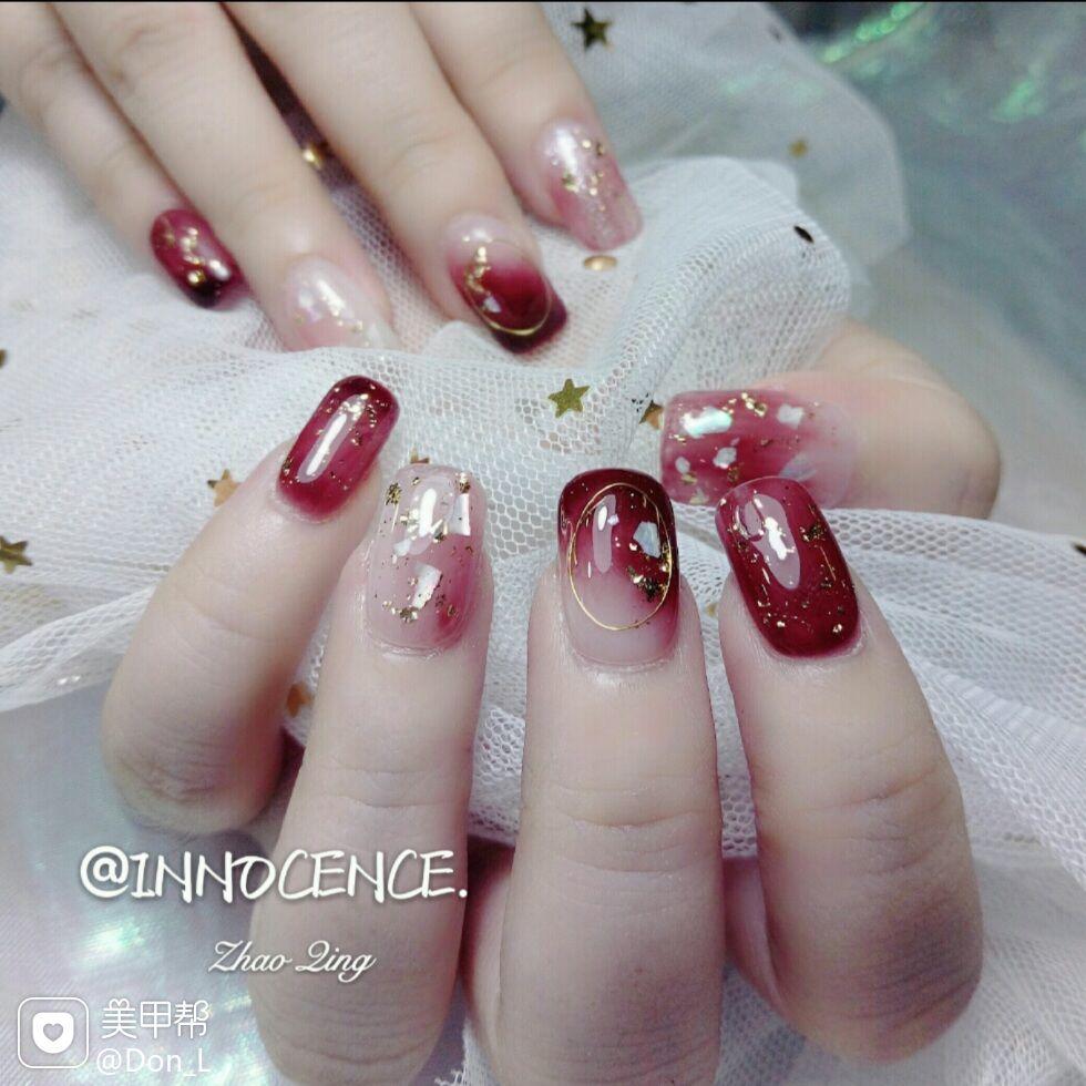 酒红色晕染方形日式贝壳片新娘美甲图片