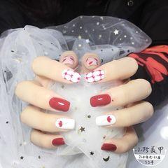 酒红色方圆形手绘白色花朵波点小花花 美甲图片