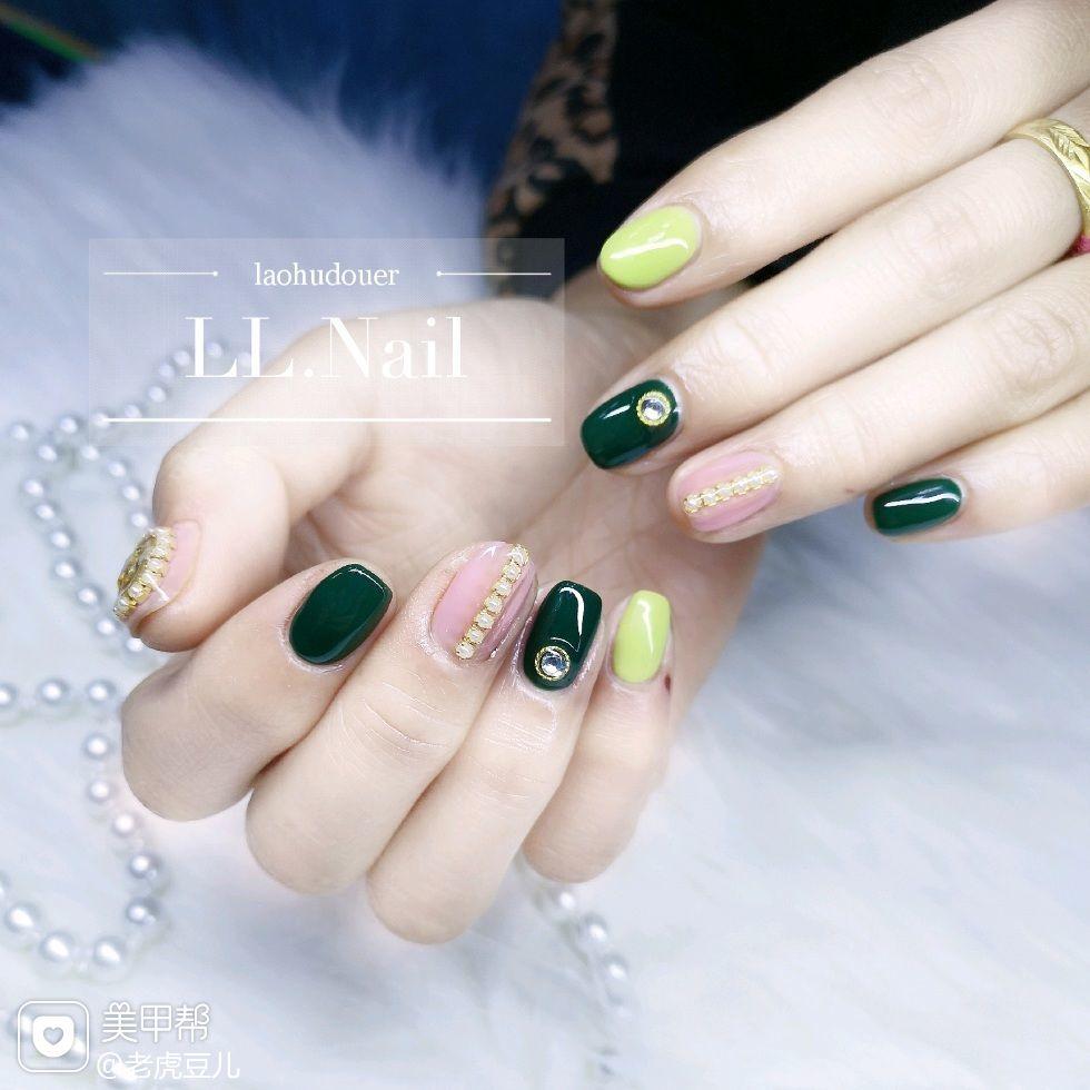 方圆形绿色裸色钻跳色美甲图片