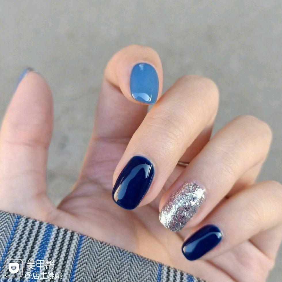 方圆形蓝色银色跳色美甲图片
