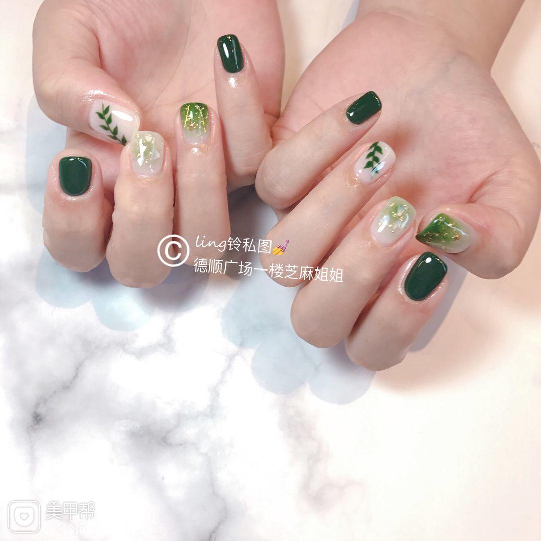 绿色方圆形晕染金箔手绘简约树叶美甲图片