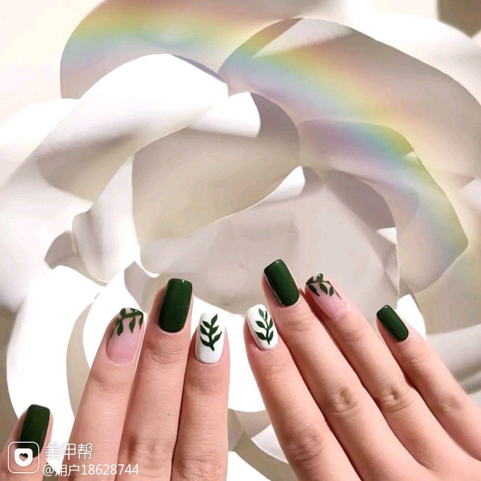 方圆形简约绿色白色手绘树叶春天的颜色!美甲图片