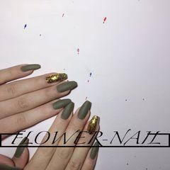 绿色方形磨砂简约金色跳色美甲图片