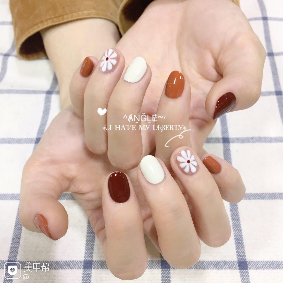 酒红色圆形手绘南瓜色花朵短指甲美甲图片