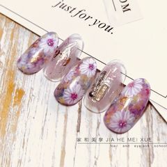 简约日式晕染手绘白色粉色铆钉圆形花朵美甲图片