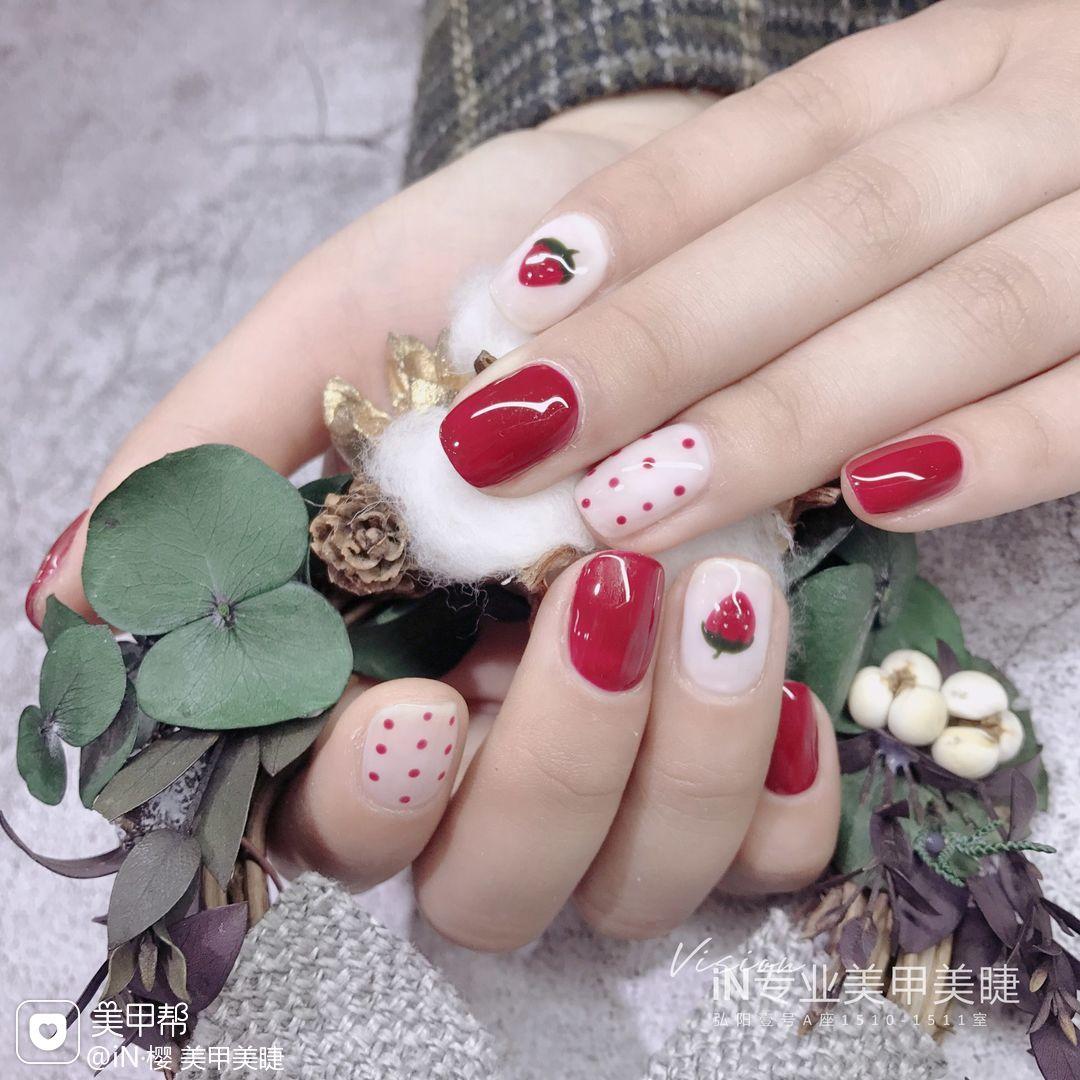 红色方圆形手绘简约波点白色草莓美甲图片