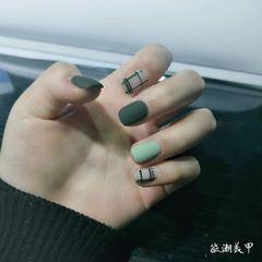 绿色方圆形格纹手绘简约磨砂美甲图片