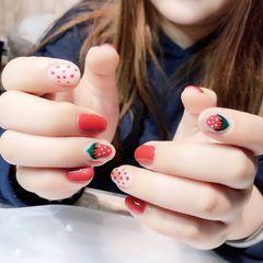 红色圆形手绘波点草莓美甲图片