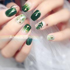 方圆形绿色手绘树叶猫眼晕染金箔美甲图片