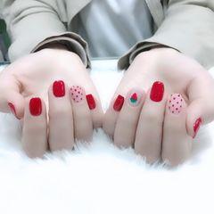 红色方圆形波点跳色手绘草莓美甲图片