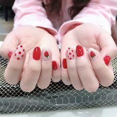 红色圆形简约手绘可爱波点草莓美甲图片
