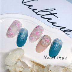蓝色圆形手绘粉红美甲图片