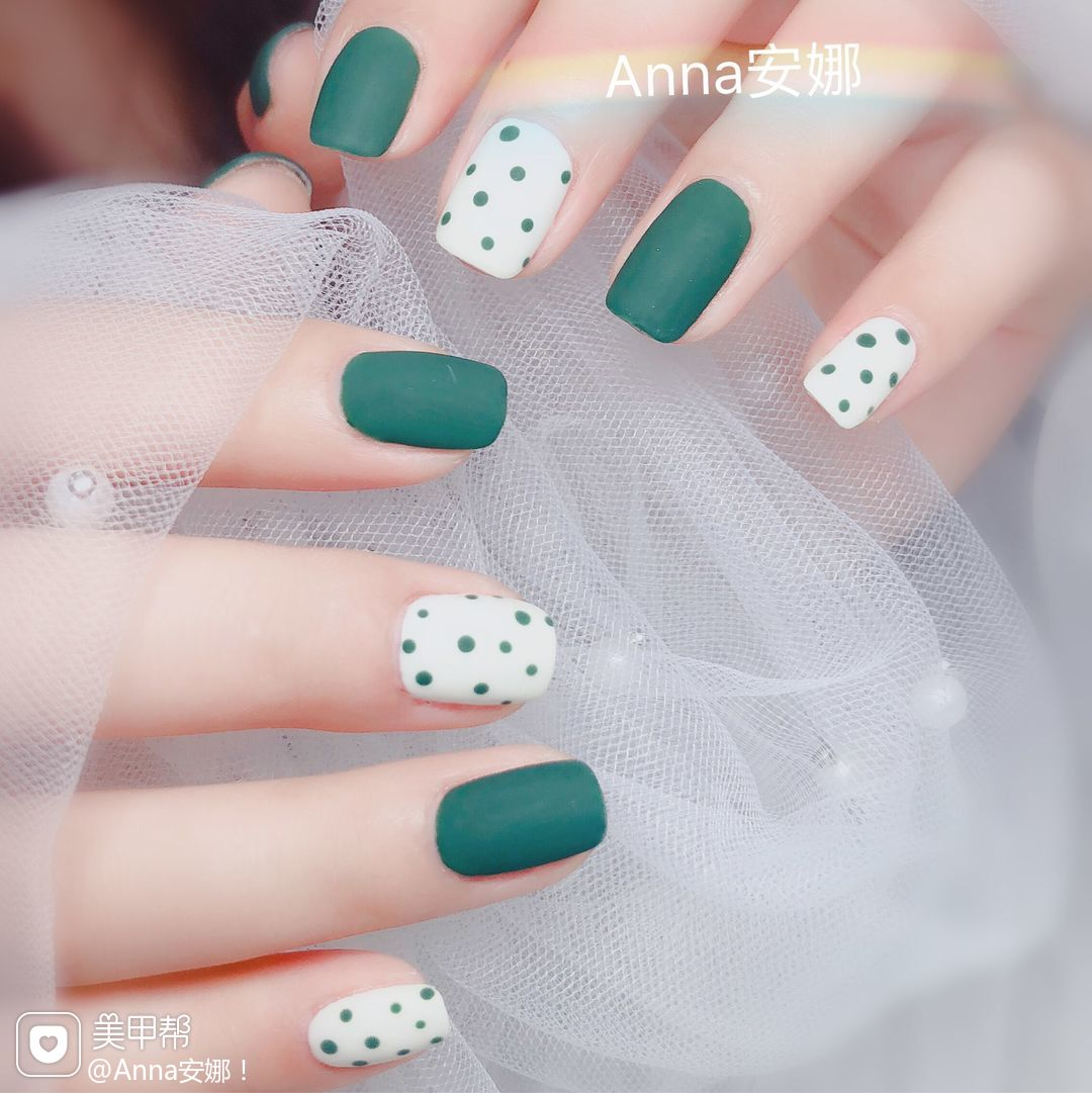 方圆形绿色白色波点磨砂美甲图片