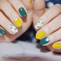 绿色圆形日式手绘黄色花朵春天美甲图片