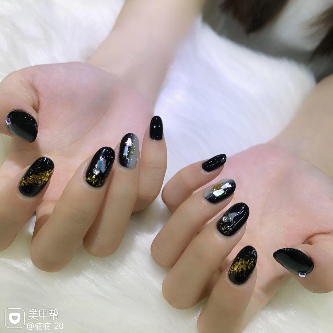 黑色圆形晕染日式贝壳片竖形渐变金箔美甲图片