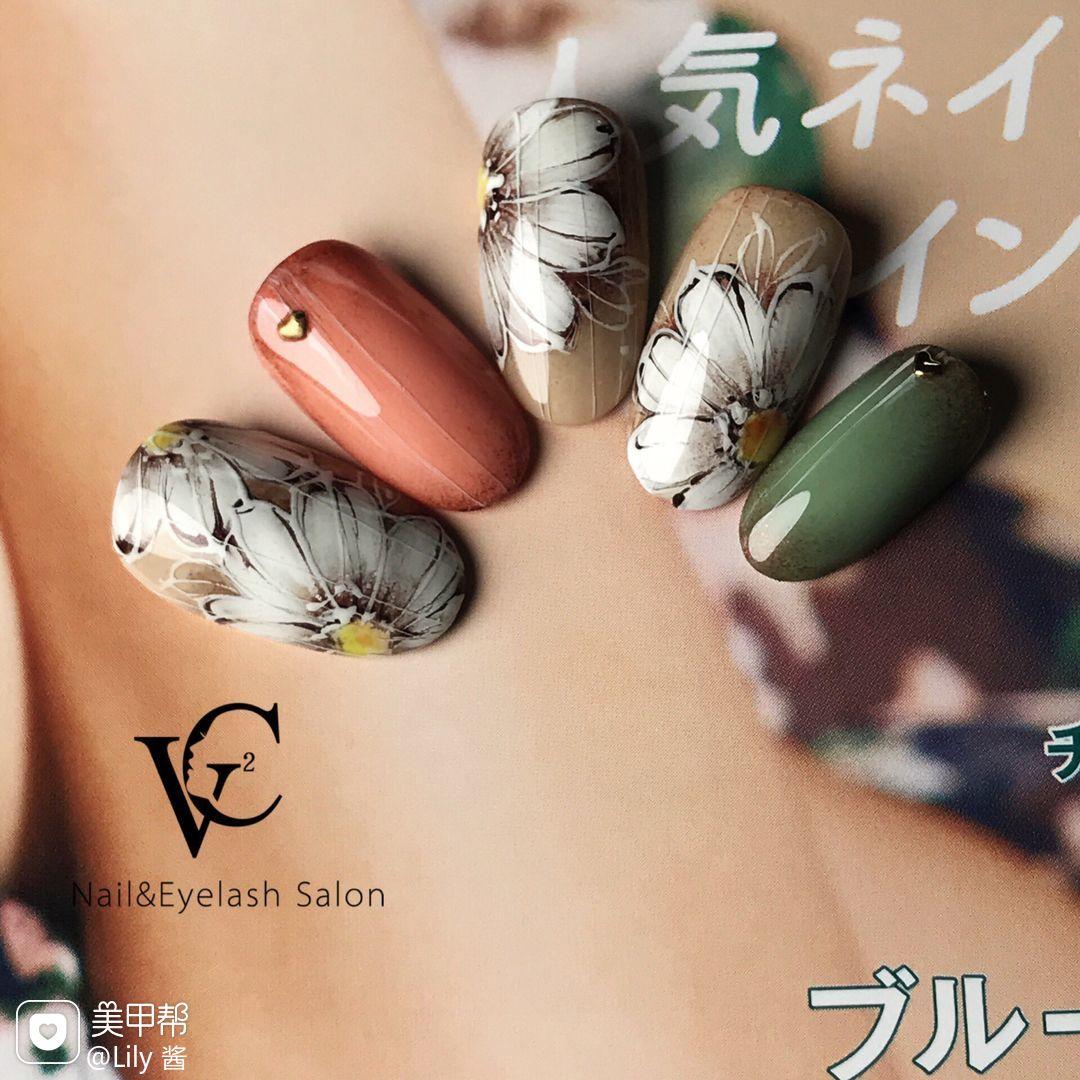 焦糖色绿色圆形渐变日式手绘复古款美甲图片