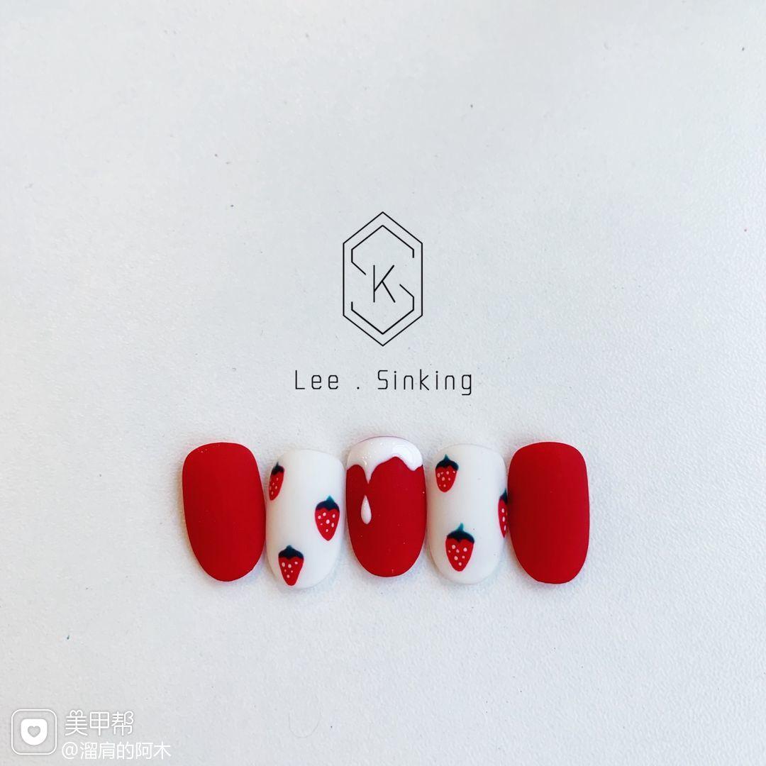 红色圆形日式手绘草莓美甲图片
