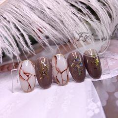 棕色圆形贝壳片日式手绘金箔美甲图片