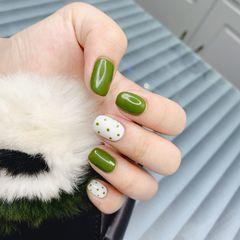 绿色方圆形波点白色美甲图片