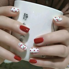 酒红色方形手绘简约白色樱桃波点美甲图片