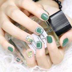 绿色圆形贝壳片晕染珍珠美甲图片