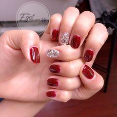 红色短指甲新娘圆形钻美甲图片