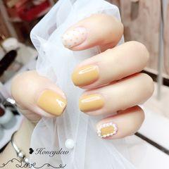 黄色方形波点珍珠美甲图片