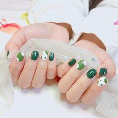 绿色圆形波点白色美甲图片