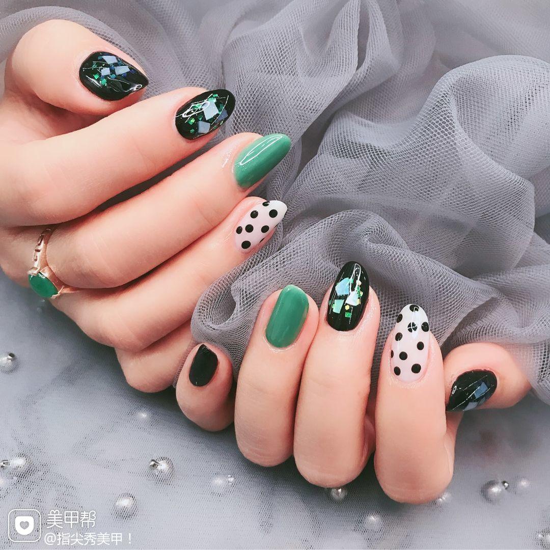 绿色圆形波点简约贝壳片黑色白色跳色美甲图片