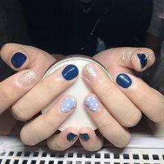 圆形蓝色银色波点短指甲美甲图片