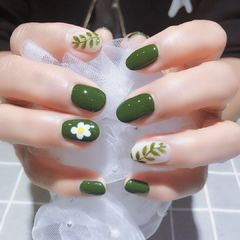 圆形绿色白色手绘花朵树叶夏天美甲图片