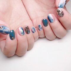 蓝色圆形短指甲晕染金箔夏天贝壳片美甲图片