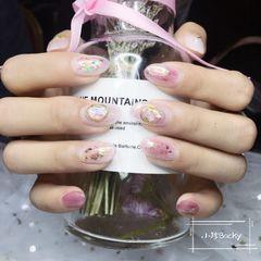 圆形晕染金箔粉色贝壳片延长甲,带点日式风格很有味道美甲图片