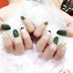 圆形绿色白色心形贝壳片金箔美甲图片