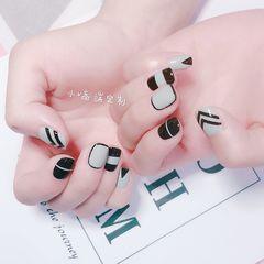裸色方形简约跳色短指甲灰色线条美甲图片