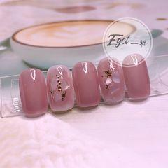 裸色方圆形夏天短指甲上班族简约金箔贝壳片新娘美甲图片