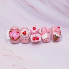 裸色粉色可爱圆形雕花美甲图片