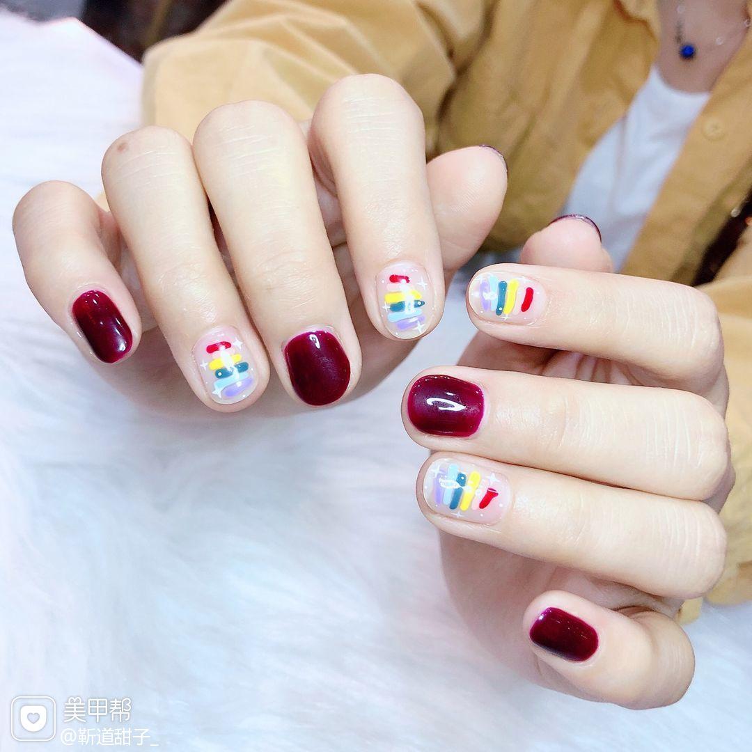 彩色绿色黄色红色蓝色裸色圆形短指甲简约跳色夏天彩虹美甲图片