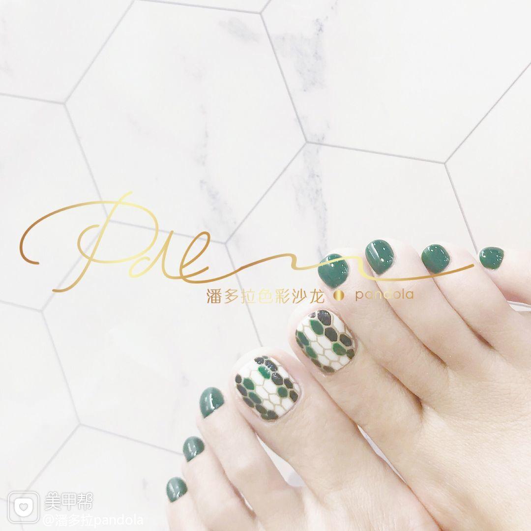 绿色脚手绘宝格丽美甲图片